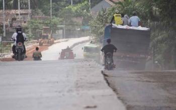 Pengendara melintas dinjalan Bumiharjo yang tengah dalam pembangunan badan jalan. Dalam proses peningkatan itu, pihak kontraktor dinilai tak menghiraukan kenyamanan warga sekitar.