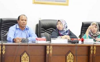 Anggota DPRD Barito Utara Purman Jaya (kiri) saat menyampaikan pendapat dalam pertemuan antara penambang emas asal Kecamatan Lahei dan pemkab serta Polres Barito Utara di kantor dewan, Senin (22/5/2017).