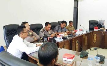 Wakil Ketua II DPRD Barito Utara Acep Tion saat memimpin pertemuan dengan penambang emas tradisional asal Kecamatan Lahei, Senin (22/5/2017).