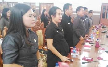 Anggota DPRD Kabupaten Gunung Mas Nomi Aprilia (dua kiri) mengikuti rapat paripurna, beberapa waktu lalu.