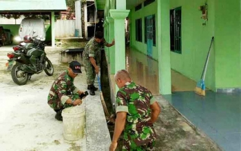 Anggota TNI membersihkan Masjid Nurul Islam, di Kelurahan Banturung, Kecamatanm Bukit Batu, Kota Palangka Raya, Senin (22/5/2017).