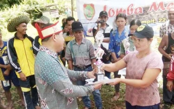 Kepala Dinas Kebudayaan dan Pariwisata Provinsi Kalimantan Tengah Guntur Talajan menyerahkan piala kepala peserta lomba mangaruhi asal Kabupaten Gunung Mas yang berhasil menjadi runner up.