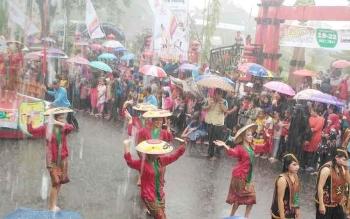 Kontingen Kabupaten Gunung Mas saat mengikuti karnaval budaya pada pembukaan FBIM di Taman Kota Sampit, Kabupaten Kotawaringin Timur, Jumat (19/5/2017)