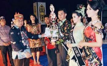 Kepala Dinas Kebudayaan dan Pariwisata Kalteng, Guntur Talajan saat menyerahkan Trofi Jagau Provinsi Kalteng kepada Wakil Murung Raya, Joni Iskandar.