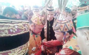 Ketua DAD Kalteng Agustiar Sabran mengikatkan ikat ponggang kepada Gubernur Kalteng Sugianto Sabran setelah menganugerahkan gelar adat dayak tepat di HUT Kalteng ke-60, Selasa (23/5/2017)