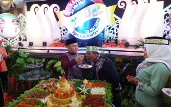 Gubernur Kalimantan Tengah (Kalteng) Sugianto Sabran menyuapi Wakil Gubernur Habib Said Ismail pada prosesi potong tumpeng dalam acara hari ulang tahun (HUT) Kalteng yang ke-60 di Gedung Serbaguna, Sampit, Kabupaten Kotawaringin Timur (Kotim), Selasa (23/