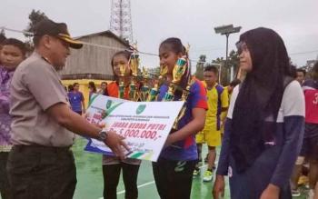 Wakapolres Sukamara Kompol Rochmat Slamet saat memberikan hadiah kepada pemenang lomba volly ball Sukamara Cup 2017 yang dilaksanakan beberapa waktu lalu.