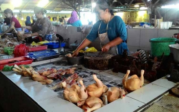 Pedagang ayam ras di Pasar Rajawali, Palangka Raya, Senin lalu menuturkan belum ada kenaikan terhadap harga ayam ras.