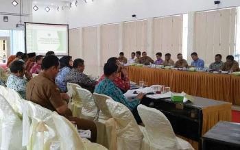 Rapat pengadaan tanah untuk kepentingan umum di aula kantor Bupati Sukamara.