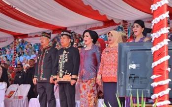 Bupati Kapuas Ben Brahim S Bahat didampingi Istrinya Ary Eghani Ben Bahat saat upacra peringatan HUT Kalteng di Kabupaten Kotawaringin Timur (Kotim), Selasa (23/5/2017).