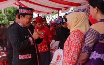 Bupati Pulang Pisau H Edy Pratowo saat menyampaikan salamnya kepada Bupati Kobar Hj Nurhidayah saat menghadiri peringatan Hari Jadi Provinsi Kalimantan Tengah yang ke-60 di Stadion 29 Nopember Sampit, Selasa (23/5/2017)