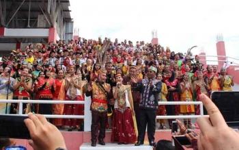 Gubernur Sugianto Sabran bernyanyi bersama anggota paduan suara yang mengenakan pakaian adat sejumlah daerah pada acara puncak peringatan HUT ke-60 Kalteng di Sampit, Kabupaten Kotawaringin Timur, Selasa (23/5/2017).