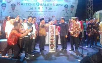 Gubernur Kalteng Sugianto Sabran menyerahkan piala Juara Umum FBIM ke Bupati Murung Raya, Perdie M Yoseph.