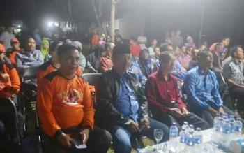Kepala BPBD Katingan Icing (kiri) didampingi Karyadi Ketua Komisi I DPRD, Camat Kamipang Sukarti dan Kepala Desa Jahanjang (paling kanan) saat menghadiri sosialisasi desa tangguh, Selasa (23/5/2017) malam
