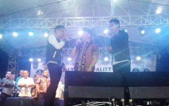 Gubernur Kalteng Sugianto Sabran saat menyanyi bersama Bupati Kotim, Supian Hadi, dan Raja Raja