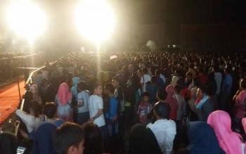 Ribuan masyarakat terlihat tidak beranjak dari depan panggung untuk menyaksikan Zaskia Gotik
