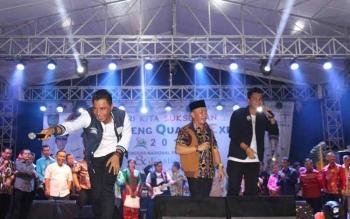 Bupati Kotim Supian Hadi (kiri) dan Gubernur Kalteng Sugianto Sabran (tengah).