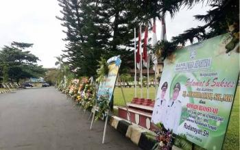 Puluhan karangan bunga sebagai ucapan selamat untuk Bupati dan Wakil Bupati Kobar periode 2017-2022 berjejer rapi di sekitar halaman depan Kantor DPRD.