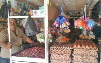 Seorang pedagang telur di pasar Saik Kuala Pembuang tengah menunggu kedatangan calon pembelinya, Rabu (24/5/2017)