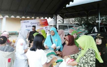 Warga menyerbu pasar murah di Desa Karang Mulya Kecamatan Pangkalan Banteng yang digelar Muslimat NU, Bulog, dan Dinsos Kobar, Rabu (24/5/2017)