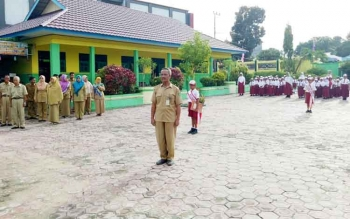 SDN Mendawai 2 Sukamara saat melakukan upacara bendera dihalaman sekolah.