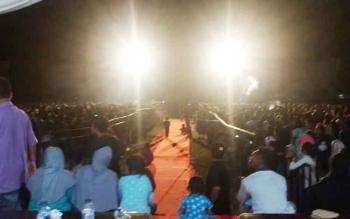 Kondisi saat ribuan warga berdiri di depan panggung untuk menunggu penampilan Zakia Gotik.