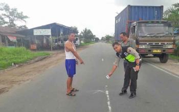 Anggota Unit Laka Satlantas Polres Palangka Raya melakukan sket TKP kecelakaan, Rabu (24/5/2017).