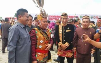 Bupati Kotim Supian Hadi saat bersama Gubernur Kalteng Sugianto Sabran pada upacara HUT Kalteng ke-60.