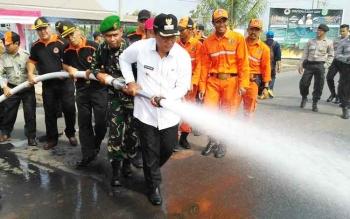 Bupati Pulang Pisau, Dandim 1011/Klk, Kapolres dan Kajari Pulang Pisau saat melakukan simulasi pemadaman api karhutla pada apel siaga bencana.