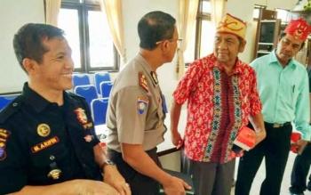 Ketua DAD Kabupaten barito Utara, Jonio Suharto dan jajarannya bersama Kasat Bimas Polres Barut, Eko dan ketua Senkom Polri Barito Utara.