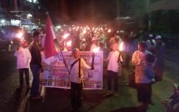 Ribuan warga Sampit membawa obor menyambut bulan Suci Ramadhan