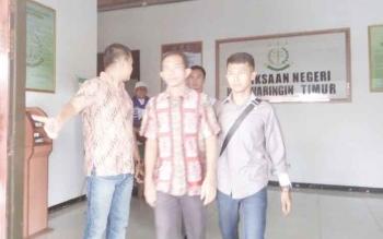 Riyadi Juniardi (tengah pakai batik) saat ditahan Kejari Kotim beberapa waktu lalu.