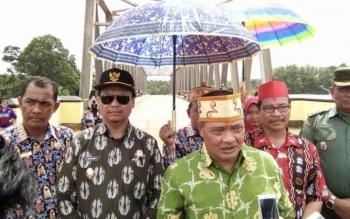 Bupati Lamandau, Marukan didampingi Wakil Bupati H. Sugiyarto, dan pejabat lainnya usai menggelar syukuran atas rampungnya pembangunan lima jembatan di kabupaten Lamandau, Kamis (25/5/2017).