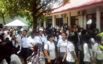 Ribuan guru kontrak menunggu namanya dipanggil untuk mengambil SK pengangkat di halaman Kantor Dinas Pendidikan (Disdik) Kabupaten Kapuas, Rabu(24/5/2017).