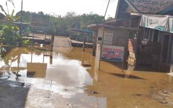 Fery penyeberangan di Kuala Kurun, Kabupaten Gumas tidak bisa beroperasi lantaran Sungai Kahayan meluap.