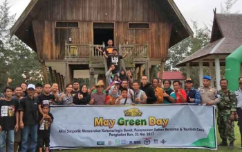 Sejumlah masyarakat berfoto bersama seusai aksi simpatik bersih Rumah Betang Desa Pasir Panjang, sebagai rangkaian peringatan Hari Bumi, Kamis (25/5/2017)