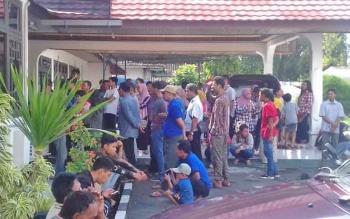 Ratusan warga yang ditilang antre di Kantor Kejaksaan, Jumat (26/5/2017).