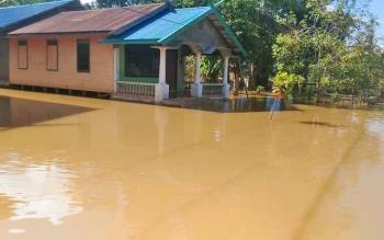 Permukiman warga di Kelurahan Tampang Tumbang Anjir, Kecamatan Kurun, Kabupaten Gunung Mas terendam akibat Sungai Kahayan meluap.