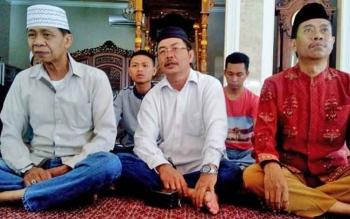 Sekretaris KUI Kalteng Akhmat Sajarwan (tengah)