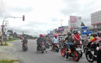 Tampak sebuah titik pada tiang lampu lalu lintas yang merupakan pelantang dengan suara peringatan bagi pengguna jalan. Lampu lalu lintas ini terletak di simpang tiga Tjilik Riwut-Antang, Palangka Raya, Jumat (26/5/2017).