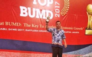 Direktur PDAM Tirta Arut Pangkalan Bun sapriansyah saat menerima penghargaan TOP BUMD 2017