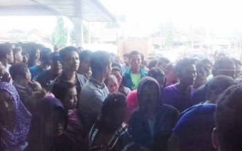 Ratusan pelanggar menebus tilang kendaraan mereka di Kejaksaan Negeri Kotim.