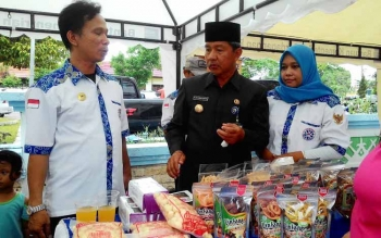 Riban bersama pelaku UMKM dalam sebuah kegiatan bazar menjelang bulan puasa.