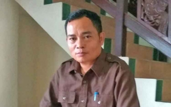 Nampak Anggota DPRD Kabupaten Bartim, Embut saat santai di ruang dalam depan gedung DPRD setempat diambil foto seusai dibincangi borneonews.co.id, Jumat, (26/5) di Tamiang Layang.