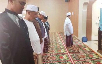Kapolres Kotim AKBP Muchtar Supandi Siregar bersama perwira dan anggota polres saat melakukan Sholat Gaib.