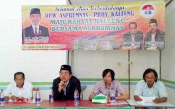 Ketua Umum DPP Asprumnas, Arief Suryo Hadoko (dua dari kiri), Ketua DPW Asprumnas Kalteng, Asiang (kiri) menyampaikan kepada pengembangan dan masyarakat terkait program 1 juta rumah subsidi dari Presiden Jokowi.