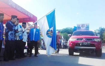 Wakil Bupati Kotim HM Taufiq Mukri melepas peserta pawai taaruf.