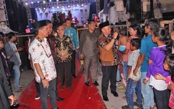 Gubernur Sugianto saat penutupan HUT Kalteng di Sampit pekan lalu, dielukan masyarakat Kotim, sampai beberapa warga menerobos batas yang dipasang panitia.