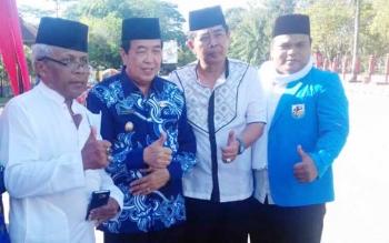 Wakil Bupati Kotim HM Taufiq Mukri (batik biru) saat bersama sejumlah tokoh dan kepala SOPD.
