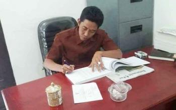 Rusdiansyah, anggota Komisi C DPRD Kota Palangka Raya di ruang kerjanya.